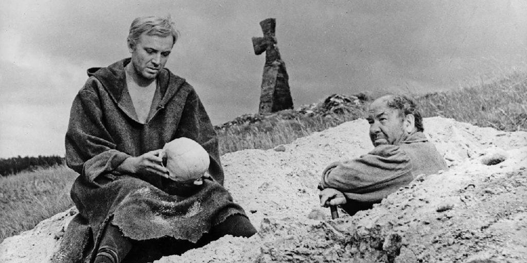«Гамлет» (1964): Что должно удивить в сюжете, и как эти странности объясняются